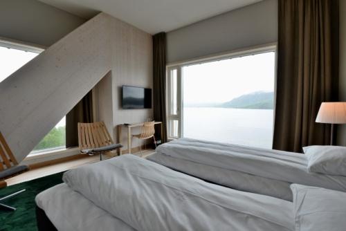 ボリュームのある集成材トラスが露出しているホテルのベッドルーム。通常のホテルでは見られない客室内の風景だ(写真:武藤 聖一)