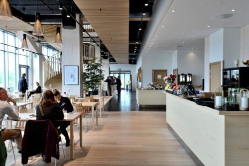 ホテルのロビーエリアから見たカフェレストラン(写真:武藤 聖一)