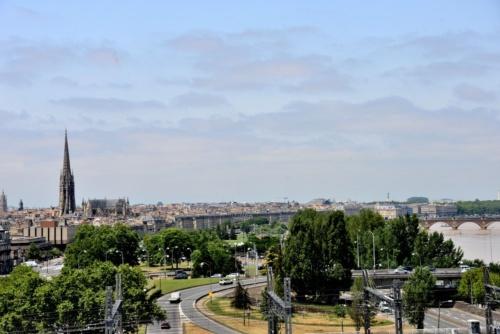 屋上テラスから見るボルドー市街とガロンヌ川の風景(写真:武藤 聖一)