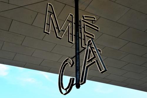 MÉCAのロゴを示すモダンなシャンデリア。たそがれ時になると、LED照明が点灯する(写真:武藤 聖一)