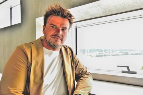 展示スペースの窓辺に立つBIG創設者のビャルケ・インゲルス氏(写真:武藤 聖一)