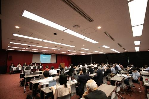 キュア・アップの治療用アプリの臨床試験の結果を報告する記者会見には多くの報道関係者が集まり、注目を集めていた。