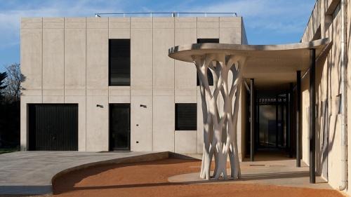 フランス南部の都市エクス・アン・プロバンスに位置する中学校の運動場に設けた屋根を支える高さ約4mの構造物。エクストリーの3Dプリンターで築造した(写真:エクストリー)
