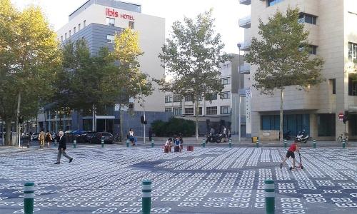 吉村氏がバルセロナで関わった「スーパーブロック・プロジェクト」の実証実験の様子(2018年)。ポブレノウ地区の400m×400mのエリアを対象に、歩行者空間化を実験した。写真は本来は交差点の部分。バルセロナ市は市内の約60%の街路の歩行者空間化を目標に、16年よりプロジェクトを進めている(写真:吉村 有司)