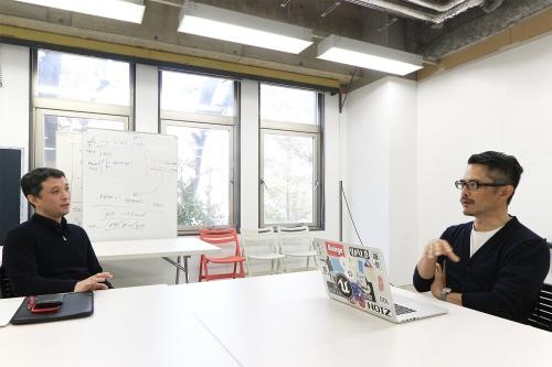 バルセロナの行政機関やMIT(マサチューセッツ工科大学)でITを使った交通計画などに取り組んだ後、2019年に東京大学先端科学技術研究センター特任准教授に着任した吉村有司氏(左)と、noiz共同主宰、gluon共同主宰で建築家の豊田啓介氏(右)。対談収録は20年3月に実施した。両氏のプロフィルは最終ページを参照(写真:日経クロステック)