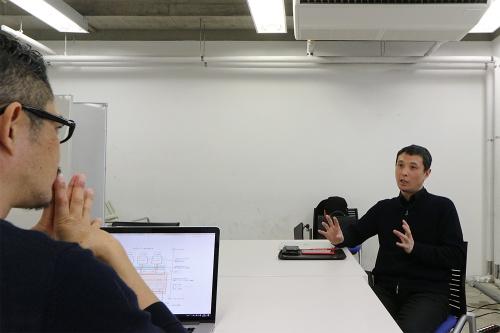 右が、2019年に東京大学先端科学技術研究センター特任准教授に就任した吉村有司氏。noiz共同主宰、gluon共同主宰で建築家の豊田啓介氏(左手前)は20年7月に東京大学生産技術研究所客員教授に就任する。対談収録は20年3月に実施した。両氏のプロフィルは最終ページを参照(写真:日経クロステック)