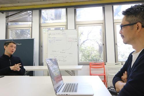 左は、2019年に東京大学先端科学技術研究センター特任准教授に就任した吉村有司氏。右は、20年7月に東京大学生産技術研究所客員教授に就任した建築家の豊田啓介氏。対談収録は20年3月に実施した。両氏のプロフィルは最終ページを参照(写真:日経クロステック)