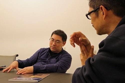 ゲームAI開発者の三宅陽一郎氏(左)と、noiz共同主宰、gluon共同主宰の豊田啓介氏(右)。両氏のプロフィルは最終ページを参照(写真:日経 xTECH)