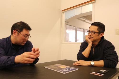 ゲームAI開発者の三宅陽一郎氏(左)と、noiz共同主宰、gluon共同主宰で建築家の豊田啓介氏(右)。両氏のプロフィルは最終ページを参照(写真:日経 xTECH)