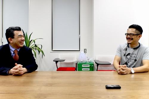 左が東京大学大学院情報学環長・教授の越塚登氏、右が建築家で東京大学生産技術研究所特任教授の豊田啓介氏(写真:日経クロステック)