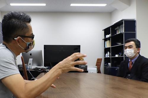 日本の都市開発分野におけるデータ連携の「現実」を聞き出そうとする豊田氏と、応じる越塚氏(写真:日経クロステック)