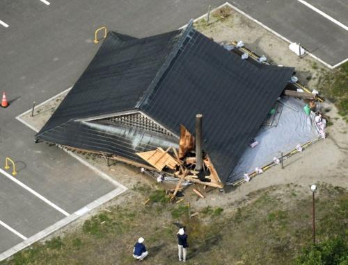 地震で倒壊した山形県鶴岡市立大泉小の相撲場(写真:共同通信社)