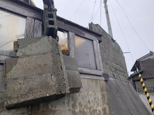 地域微動探査協会の横山芳春事務局長が2019年6月19日に撮影した新潟県村上市府屋地区の様子。数カ所でブロック塀が倒壊していた(写真:横山芳春)