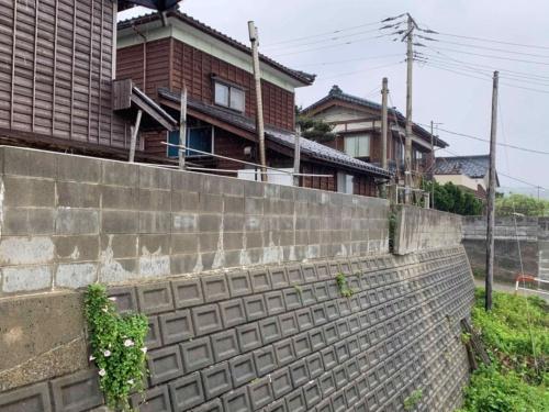 新潟県村上市府屋地区の様子。ブロック塀の損傷が確認できる。2019年6月19日に撮影(写真:横山芳春)
