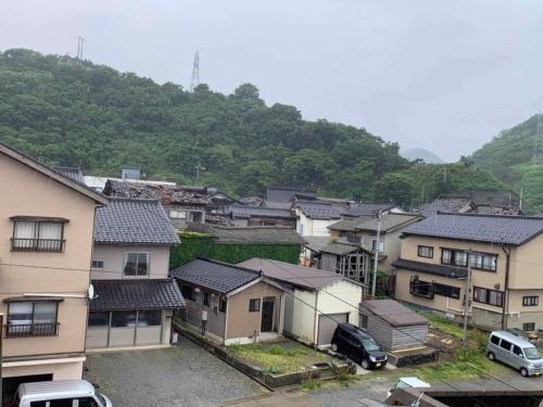 山形県鶴岡市小岩川地区の様子。古い民家の屋根瓦が崩落している。2019年6月19日に撮影(写真:横山芳春)