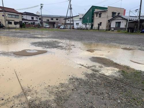 JR鶴岡駅南口近くの駐車場で確認した大きな水たまり。2019年6月19日に撮影(写真:横山芳春)