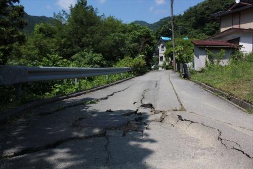 鶴岡市湯温海(ゆあつみ)の紅葉岡では、道路に亀裂が生じていた。2019年6月20日に撮影(写真:日経 xTECH)