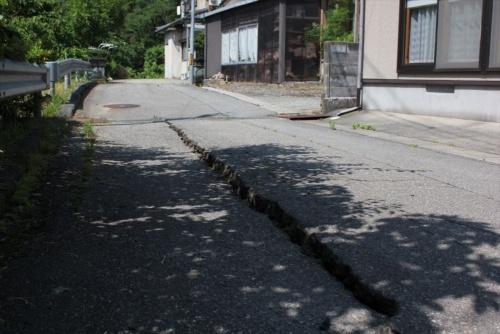 路面に生じた段差。2019年6月20日に撮影(写真:日経 xTECH)