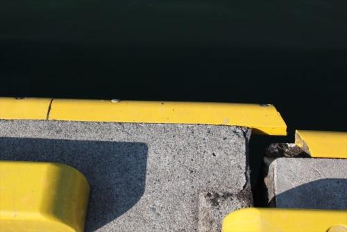 鼠ケ関港の第二物揚げ場の先端部では、コンクリート隅角部の保護材が破断していた。2019年6月20日に撮影(写真:日経 xTECH)