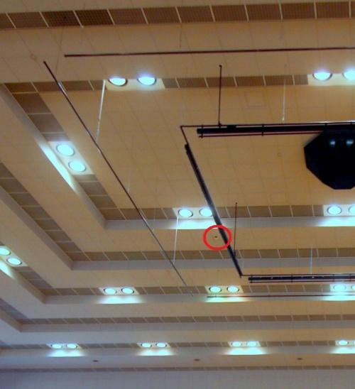 鶴岡市小真木原総合体育館の3階アリーナ。アリーナ中央の天井部材が損傷した(写真:日経アーキテクチュア)
