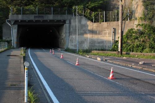 新潟県村上市にある国道345号の弘法トンネル付近では、落石により全面通行止めとなっていた。2019年6月20日に撮影(写真:日経 xTECH)