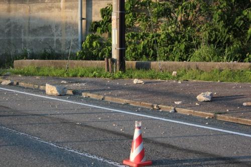 弘法トンネル付近に残る石。大きなものは、縦60cm、横50cm、高さ40cmほどあった。2019年6月20日に撮影(写真:日経 xTECH)