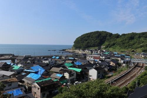 山形県鶴岡市の南西に位置する小岩川地区。屋根瓦が落下するなど、住宅被害が集中した。2019年6月20日撮影(写真:日経アーキテクチュア)