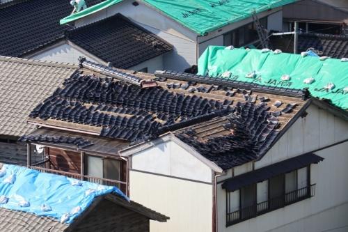 瓦が落下した住宅の多くは、棟瓦に損傷が見られるものが多いという。鶴岡市によると、沿岸部のため、塩害対策で屋根材に瓦を採用している住宅が多い。2019年6月20日撮影(写真:日経アーキテクチュア)