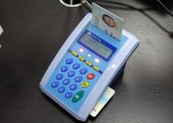 患者や医師のICカードを専用端末に差し込んでデータを確認する