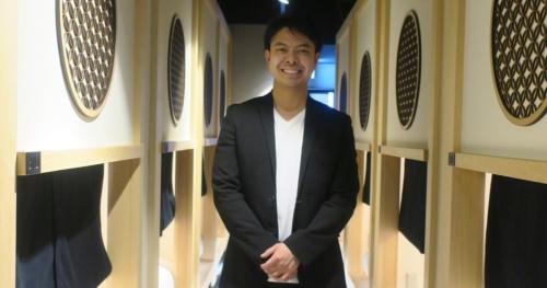 「hotel zen tokyo」の発注者兼設計者で、運営会社SENの共同創業者である各務太郎氏(写真:日経アーキテクチュア)