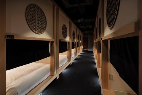hotel zen tokyoの部屋が並ぶ廊下。各部屋の黒い布を下ろせば、外から中が見えなくなる。トイレやシャワーは共用(写真:SEN)