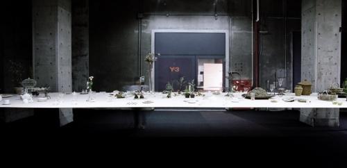 キリンアートプロジェクト2005「テーブル」。厚さ3mm、約2.5m×10mのアルミの天板が宙に浮かぶような「テーブル」。素材の自重によるたわみをあらかじめ計算し、設置したときに重力で水平面になるように構造計算されている(写真:石上純也建築設計事務所)