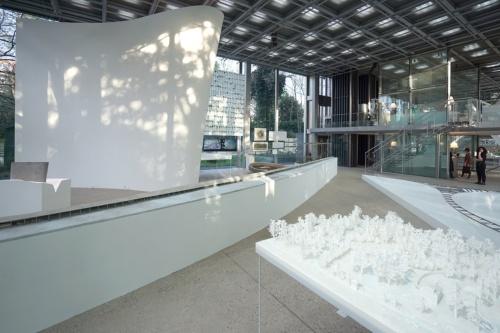 パリ・カルティエ現代美術財団で2018年に開催された個展「石上純也―FREEING ARCHITECTURE」の会場風景(写真:(c)junya.ishigami+associates-Fondation Cartier exhibition)
