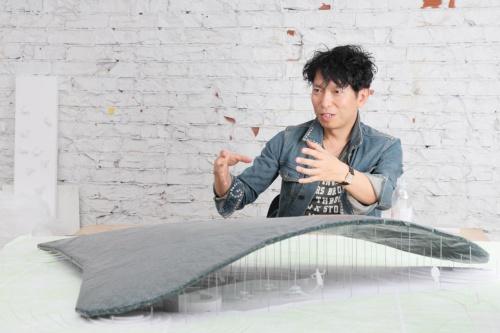 石上純也建築設計事務所主宰で、建築家の石上純也氏。手前はサーペンタインギャラリー・パビリオンの模型(写真:山田 愼二)
