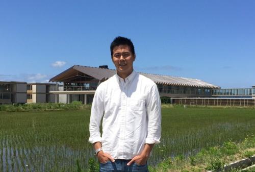 ヤマガタデザイン代表取締役の山中大介氏。背後がスイデンテラス(写真:長井 美暁)