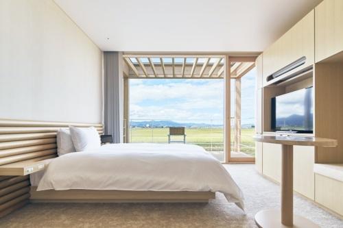 客室や共用部では紙管が適所に使われている。スイデンテラスの客室数は143室。木造ドーム状の温泉棟もあり、半地下にフィットネス施設を備える(写真:ヤマガタデザイン)