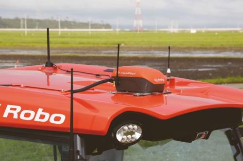 アグリロボトラクタの車体上部にあるGPSの移動局