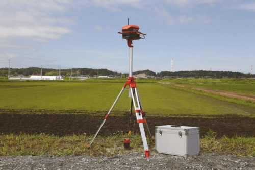 農場の脇に設置するGPSの基地局