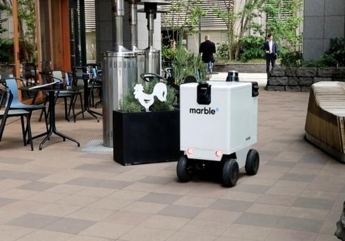 オフィスや商業施設で自動運転技術を備えたロボットの活用が進む