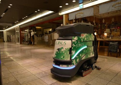 ロボットが自動で床を清掃する