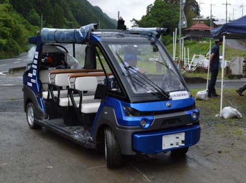 一般的なゴルフ用電動カートに各種センサーやパソコン、無線機器を搭載した