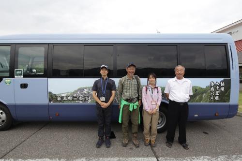 左から、新潟交通の小林氏、市民ガイドの小川氏、市の小栁主任、バスを運転するセントラル観光の大石栄太郎氏(写真:安川 千秋)