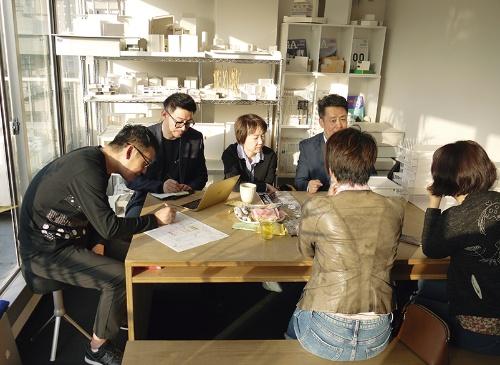 ICUで小米のシャン副総裁や、北京市の担当者が会議をする様子。長田代表は「アジアは距離が近く、移動も国内と変わらない」と話す (写真:日経アーキテクチュア)