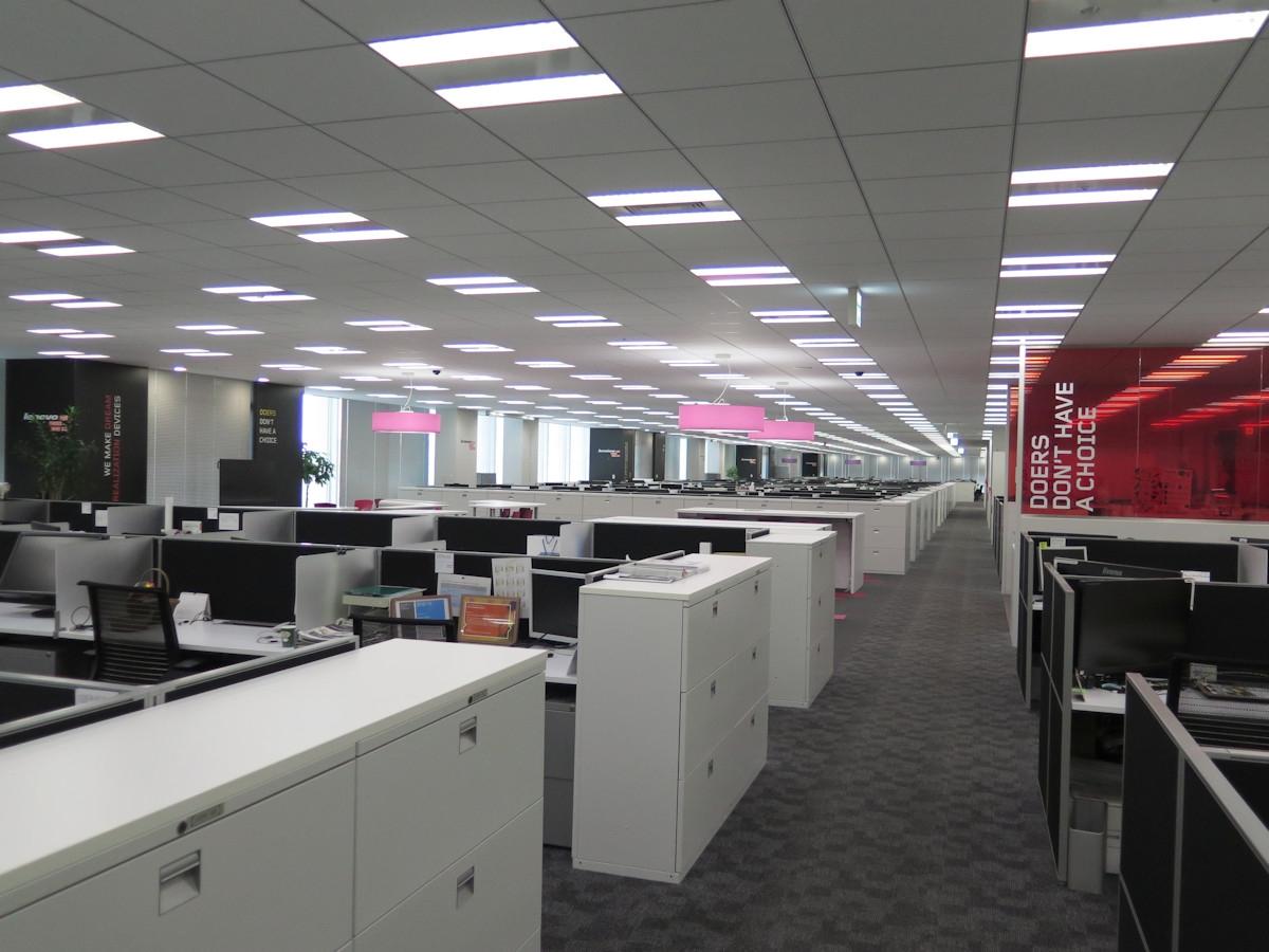 全社一斉テレワークデーを実施し、閑散としているレノボ・ジャパン本社の執務スペース