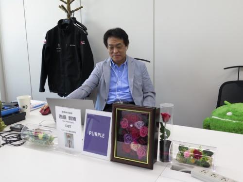 自席からIT分科会に参加するJALの西畑智博常務執行役員。ハウリング防止のためイヤホンマイクを使用している