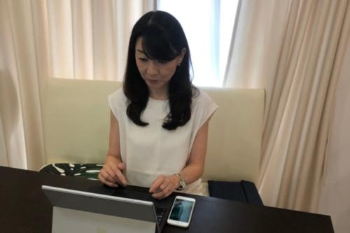 自宅で仕事をしているTISの今貴子テクノロジー&イノベーション本部Smart Society推進室主査