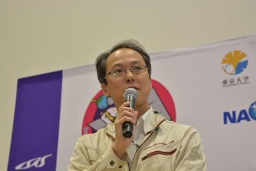 図1 2回目のタッチダウンに成功した直後の記者会見で喜びを語るはやぶさ2プロジェクトチームプロジェクトマネージャの津田雄一氏