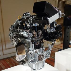 左がタント、右がN-BOXのエンジン。(日経 xTECH撮影)