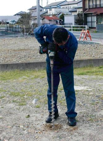 写真1■ 法面作業用のフレペグは、電動工具を使って地中にねじ込む。らせん部分が土とかみ合うので抜けにくくなる(写真:太悦鉄工)
