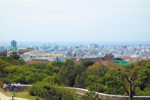 首里城公園から城西小学校屋内運動場周りを見る。連なる赤瓦は沖縄の1つの文化であり、集落を形づくる(写真:アトリエ・ファイ建築研究所)